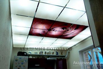 Потолок в кухне. Фотопечать с матовым стеклом.