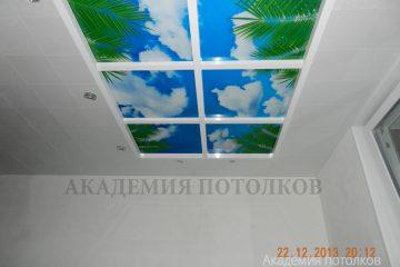 """Потолок белый с фотопечатью """"Небо и пальмы"""" и подсветкой по бокам."""