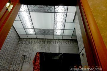 Матовый потолок с декором и зеркальными вставками
