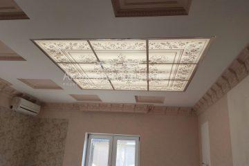 Потолок с цветочной фотопечатью на стекле