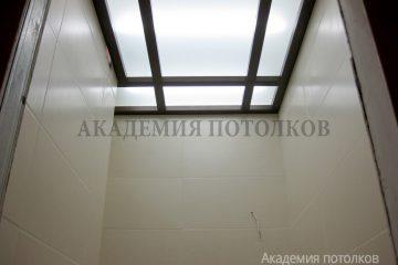 """Потолок из матового стекла с подсветкой и вставками """"под дерево"""""""