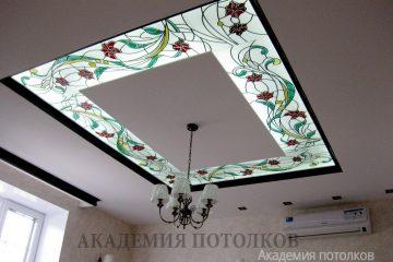 Белый потолок с матовым стеклом и декорированным цветочным узором в спальне.