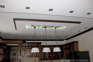 Комбинированный потолок со вставкой матового стекла с цветным декором в кухне.
