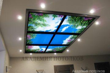 """Потолок с подсветкой и фотопечатью """"Небо"""" и коричневыми вставками."""