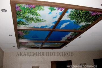 """Потолок с подсветкой и фотопечатью """"Небо и сирень"""" и коричневыми вставками."""