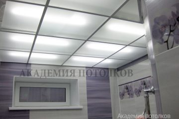 Потолок из матового стекла с подсветкой и белыми вставками