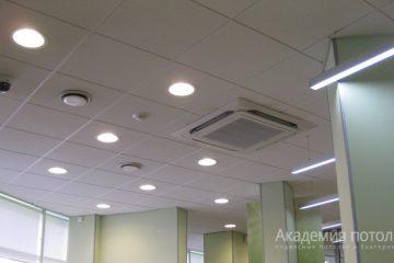 Потолок Армстронг Ритейл на белой подвесной системе со встроенными круглыми светодиодными панелями и встроенным кондиционером
