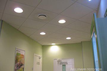 Потолок Армстронг Ритейл на белой подвесной системе со встроенными круглыми светодиодными панелями