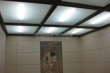 Потолок из матового стекла с подсветкой и коричневыми балками