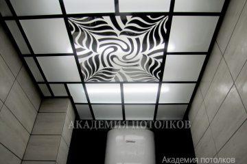 Матовый потолок с декором и черными вставками в ванной