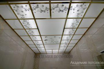 Матовый потолок с декорированным цветочным узором и золотыми вставками