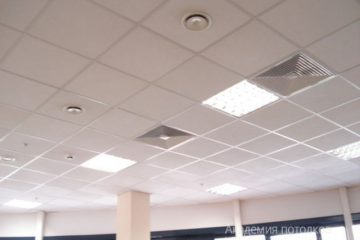 Потолок типа Армстронг на белой подвесной системе