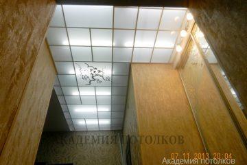 Потолок матовый с зеркальным цветочным декором и серебряными вставками в коридоре