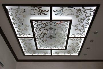 Потолок матовый с зеркальными декорированными узорами и черными вставками