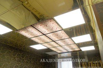 Фотопотолок в салоне красоты скомбинирован с зеркальной плитой «Хром»