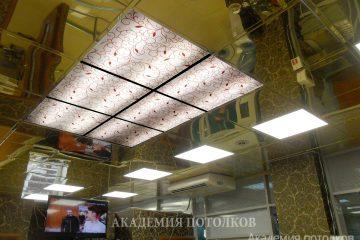 Фотопотолок в салоне красоты. Рисунок на потолке повторяет рисунок на стене.