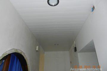 Белый с серыми линиями реечный потолок