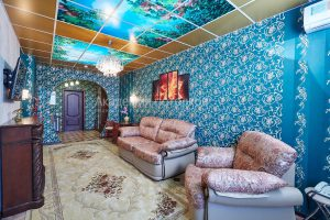 """Потолок коричневый с фотопечатью """"Водный мир"""" в зале."""