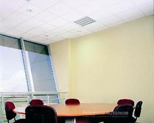 Потолок Армстронг Ритейл на белой подвесной системе