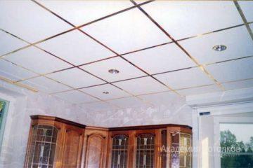 Потолок типа Армстронг Лилия на золотой подвесной системе