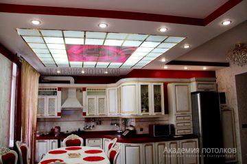 Потолок в кухне. В нише из гипсокартона фотопечать с матовым стеклом. Подвесная система -золото.