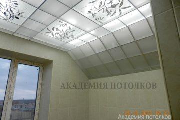 Потолок матовый с зеркальным декором и серебряными вставками