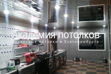 Зеркальный потолок в торговом помещении