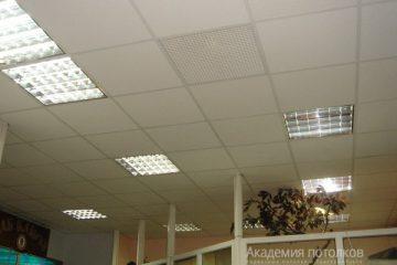 Потолок Армстронг Байкал на белой подвесной системе со встроенными светильниками и вентиляционной решеткой