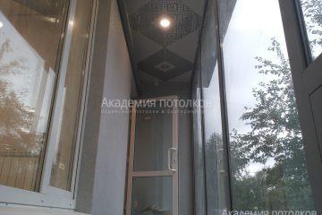 Кассетный потолок 30х30 на скрытой подвесной системе на балконе белый с вставками из мозаики серебро