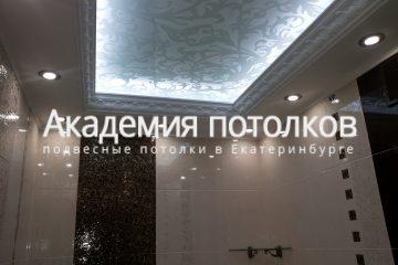 Потолок со стеклом и декором в ванной