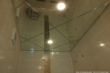 Зеркальный потолок со светильниками и серебряными вставками в ванной