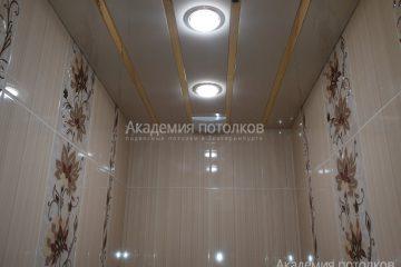 Белый реечный потолок с золотыми вставками и светильниками