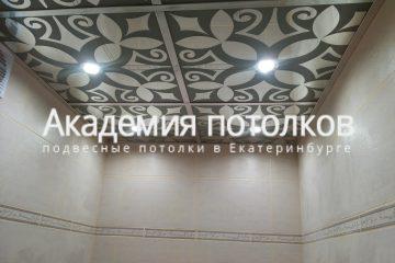 Потолок с черно белым декором в ванной комнате