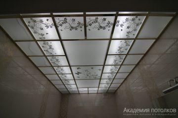 Матовый потолок с декорированным цветочным узором