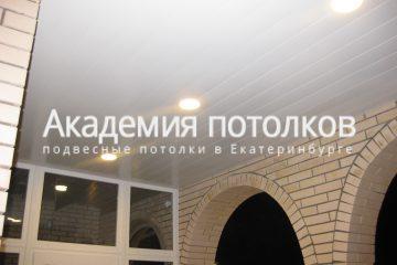 Реечный белый потолок в коридоре