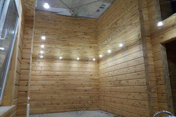 Зеркальный потолок в бассейне со светильниками по периметру
