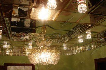 Зеркальный потолок на кухне с люстрой подвесная система суперхром