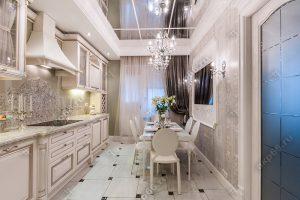 Зеркальный потолок с люстрой на кухне с белой подвесной системой