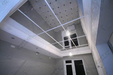 Зеркальный потолок на кухне подвесная система белый матовый