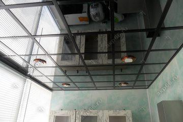 Зеркальный потолок на балконе подвесная система черная