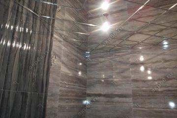 Зеркальный потолок в ванной комнате по диагонали подвесная система суперхром