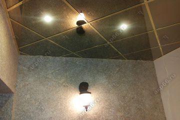 Зеркальный потолок в ванной комнате Графит по диагонали подвесная система супер-золото