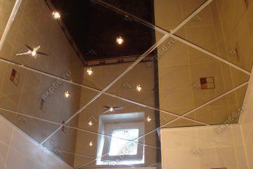 Зеркальный потолок в ванной комнате с точечными светильниками подвесная система суперрхром