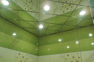 Зеркальный потолок в ванной комнате подвесная система суперхром со светильниками