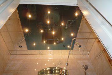 Зеркальный потолок в ванной комнате в центре зеркало не стандартного размера подвесная система суперхром