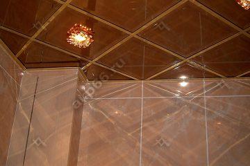 Зеркальный потолок в ванной комнате Бронза по диагонали подвесная система супер-золото