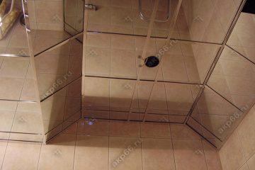 Зеркальный потолок в ванной комнате с наклоном на хромированной системе