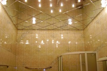 Зеркальный потолок в ванной комнате со светильниками каркас суперхром