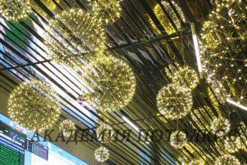 Потолок из обычной рейки Хром и Золото, смонтированный с зазорами