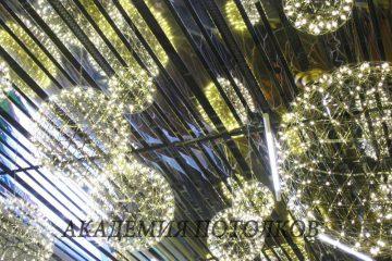 Реечный потолок. Рейка хром и золото 10 и 15 см шириной, установлена не вплотную, а с зазором - 3